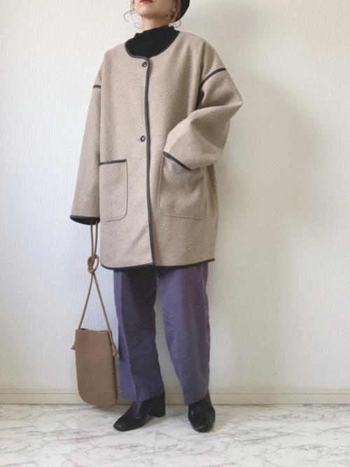 紫ワイドパンツ×黒ショートブーツ