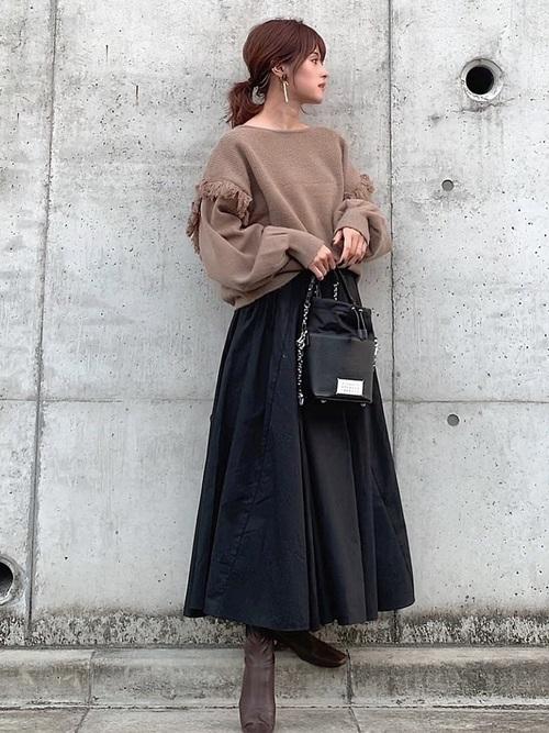 茶色フリンジニット×黒スカートの冬コーデ