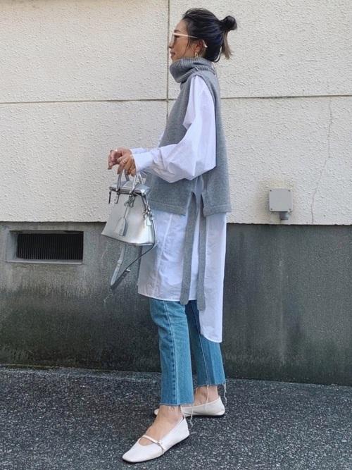 白ロングシャツ×グレーベスト