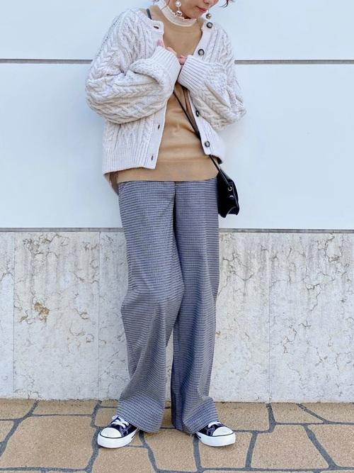 ユニクロのクルーネックセーター×ワイドパンツ