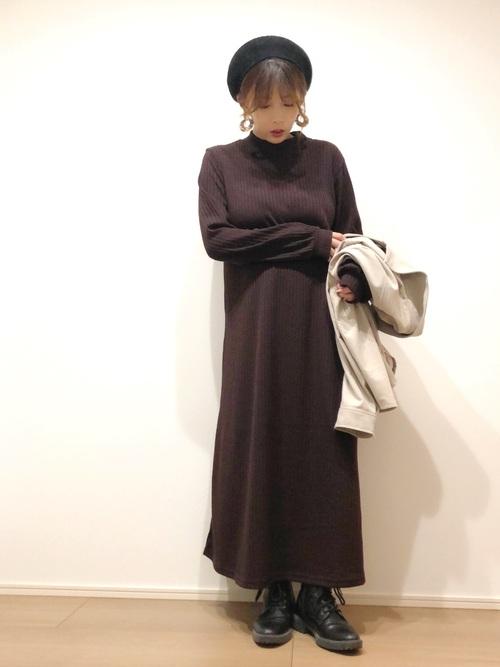 GU茶色ワンピース×黒ベレー帽