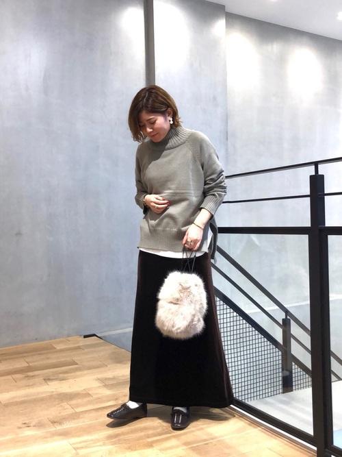 茶色ベロアスカート×緑ニットの冬コーデ