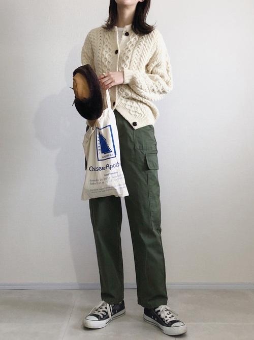 緑パンツ×ケーブルカーディガン