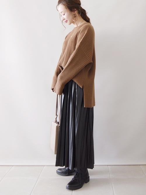 茶色ニット×黒プリーツスカートの冬コーデ