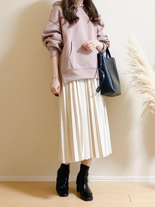 ピンクパーカー×プリーツスカートの冬コーデ