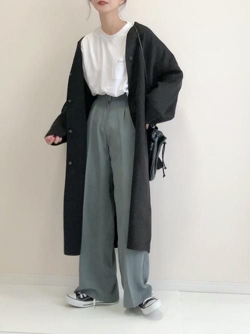 緑ワイドパンツ×黒ロングコート