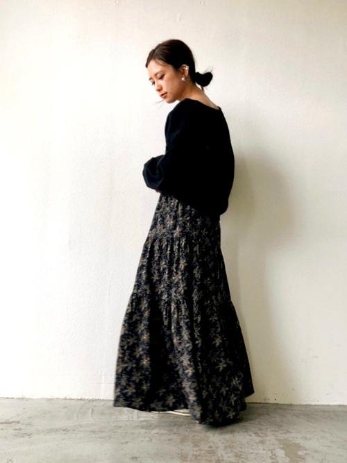 黒フリンジニット×花柄スカートの冬コーデ
