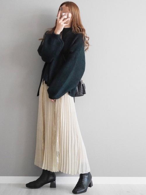 緑ニット×プリーツスカートの冬コーデ