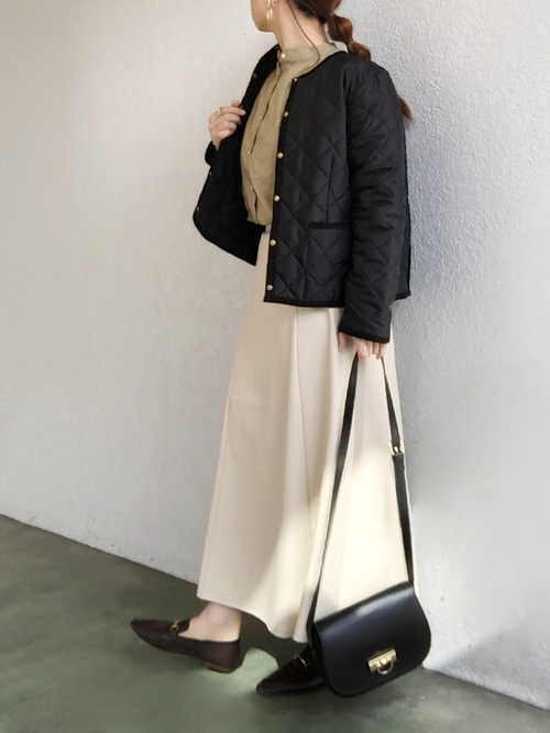 黒コート×白スカートの冬の服装