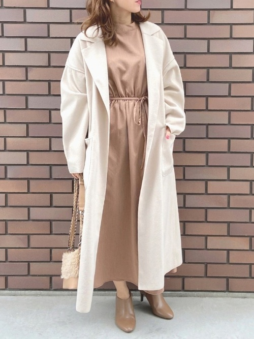 アイボリーコート×茶色ワンピースの冬の服装