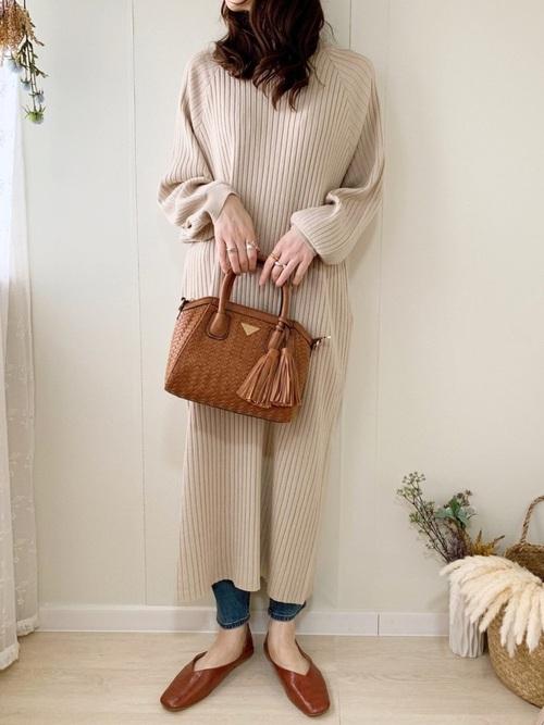 リブワンピース×デニムパンツの冬の服装