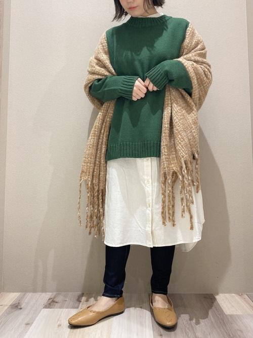シャツワンピース×緑ニットの40代冬コーデ