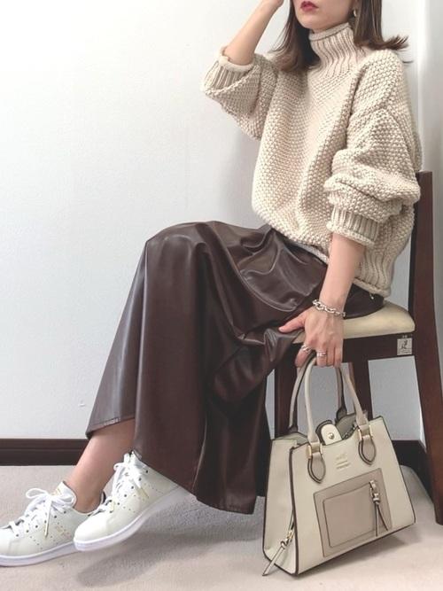アイボリーニット×茶レザースカートの冬の服装