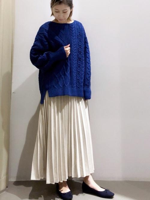 ブルーニット×プリーツスカートの冬コーデ