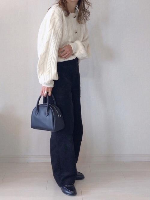 白カーディガン×コーデュロイパンツの冬の服装
