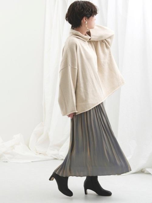 白トップス×水色プリーツスカートの冬コーデ