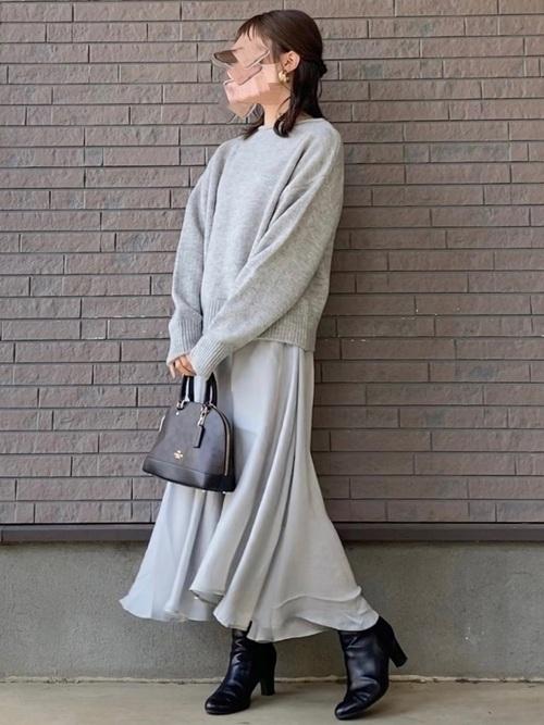 グレーニット×グレースカートの冬の服装