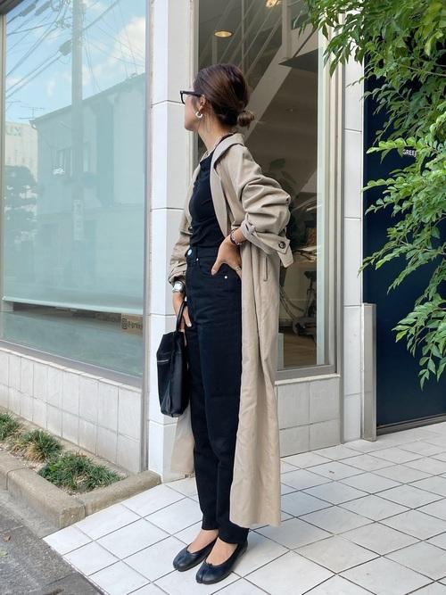 ロングトレンチコート×黒デニムの冬の服装