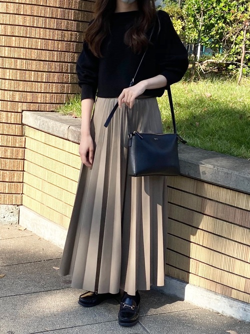 黒ニット×茶色プリーツスカート