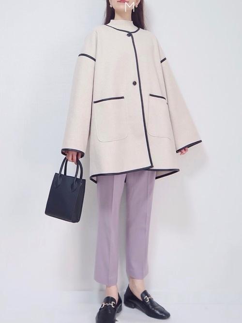 ユニクロ紫パンツ×オフ白コート