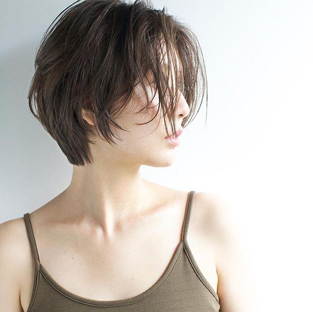 シースルーバングの無造作ショートヘア