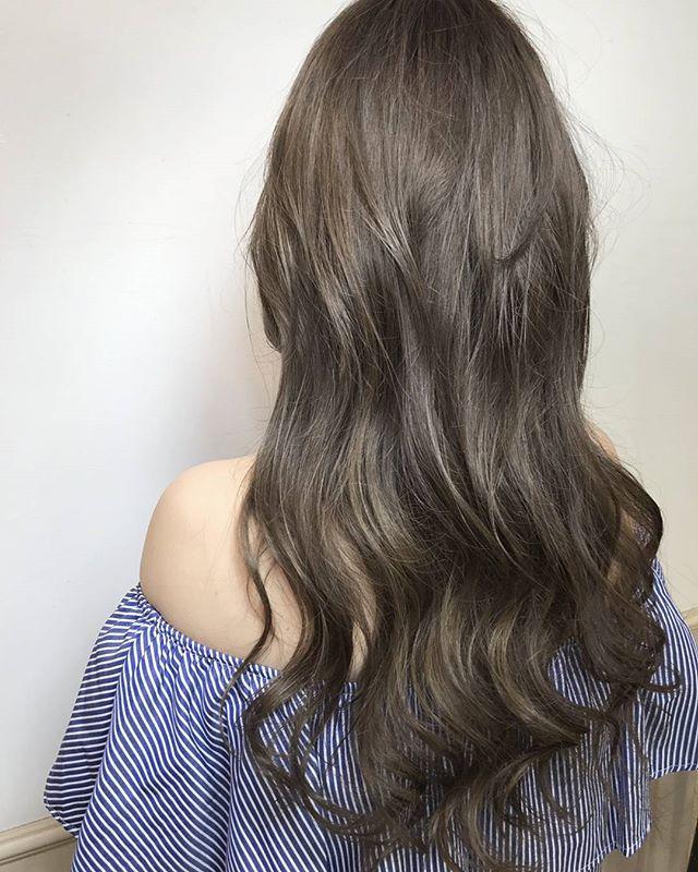 グレージュ×ピンクの暗髪ロングヘアスタイル
