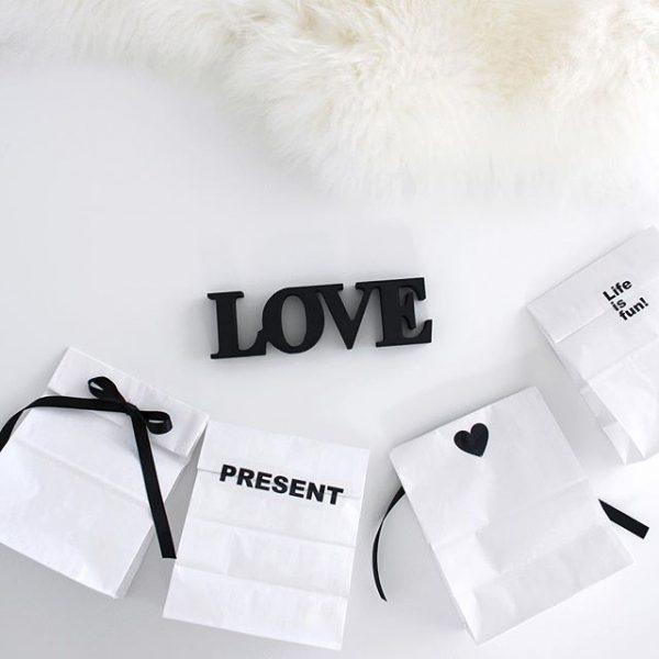シンプルな無地の紙袋で大人可愛いラッピング
