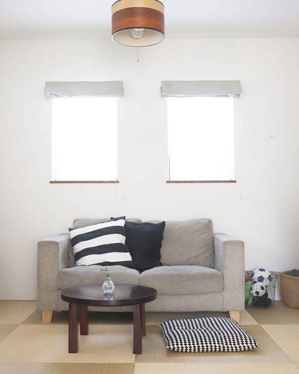 和室にモダンなソファを配置