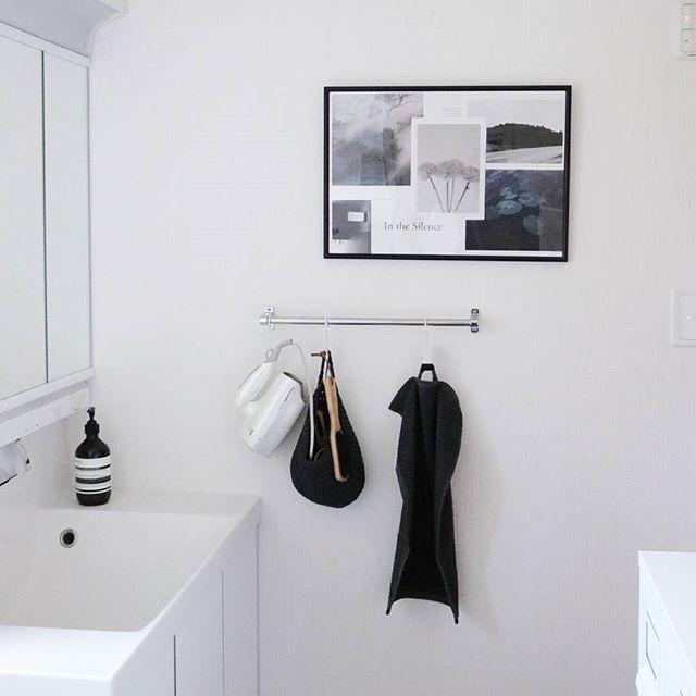 写真やポスターを飾った洗面所