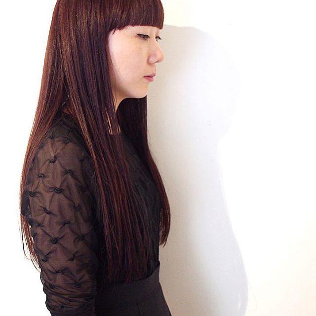 ピンクアッシュの暗髪ロングヘアスタイル
