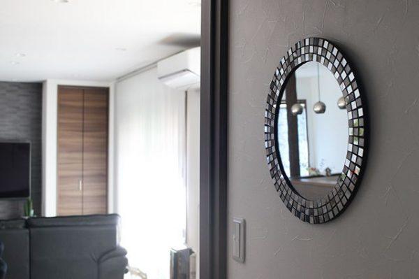シンプルな色合いの鏡で風水インテリア