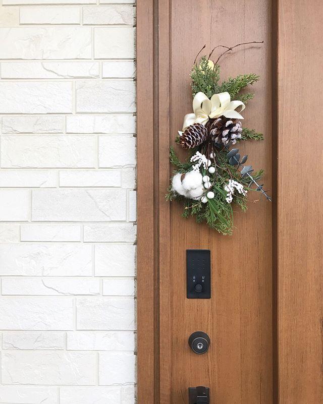 扉に取り付けるコンパクトなスワッグ