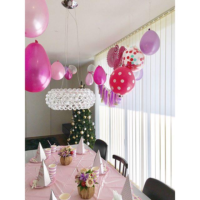 風船を吊り下げた部屋の飾り付け