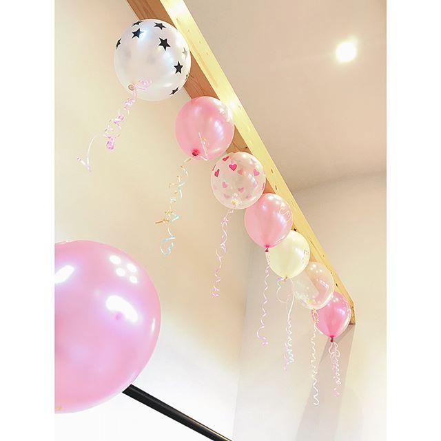 梁に風船を付けた部屋の飾り付け
