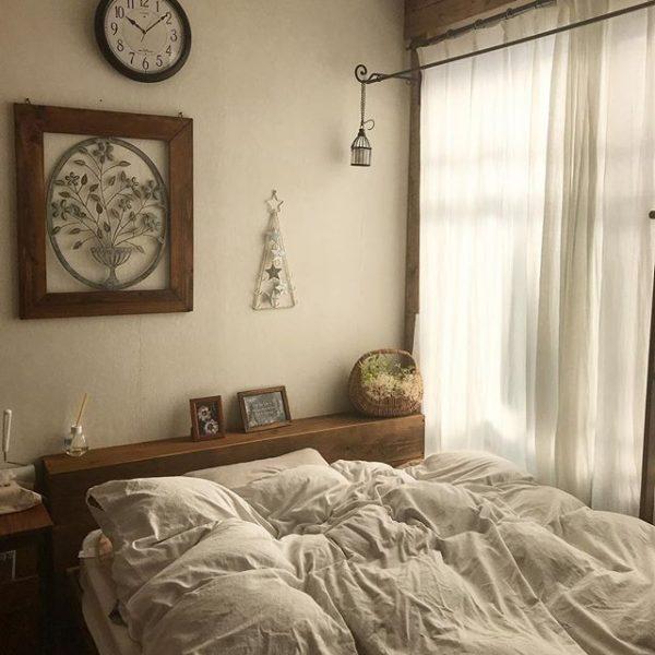 朝日が心地良い窓際ベッドのインテリア
