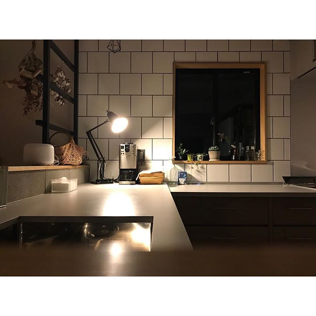 L型キッチンのコーナーに照明