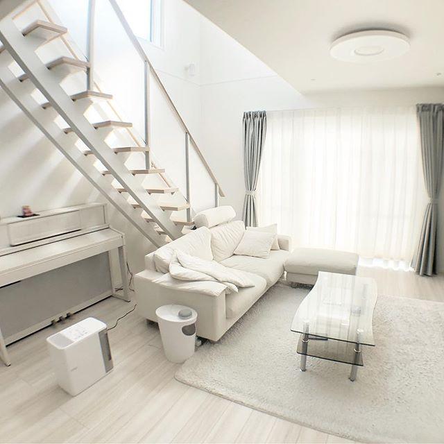 白いリビングにカーテンがポイントの実例