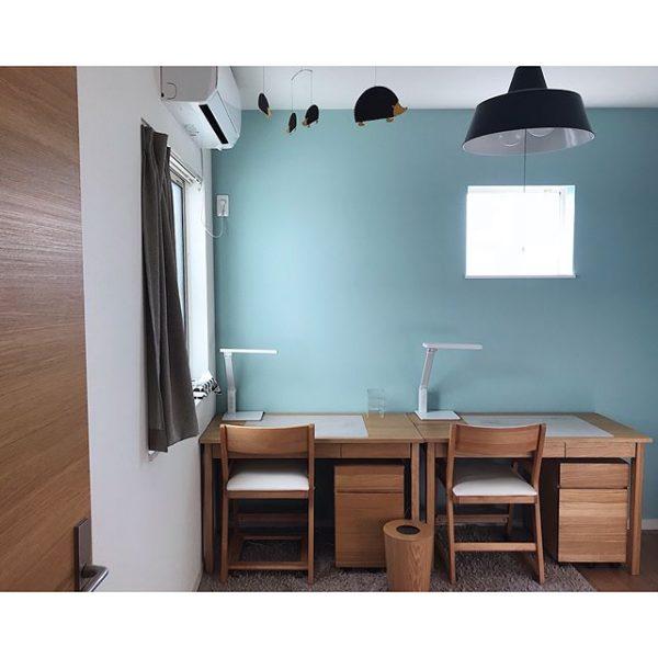 勉強運がアップする壁色に馴染む勉強机の配置実例