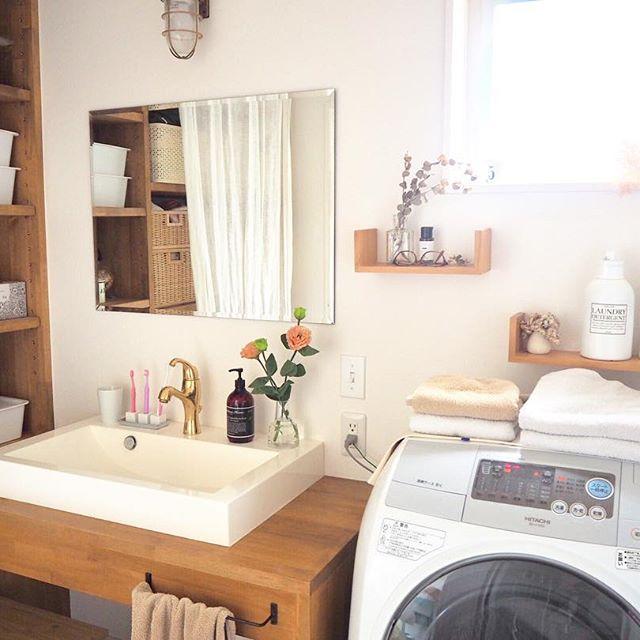造花やドライフラワーのある洗面所