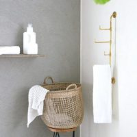 生活感を無くして上品なインテリアに。タオルを収納できる「真鍮のウォールフック」