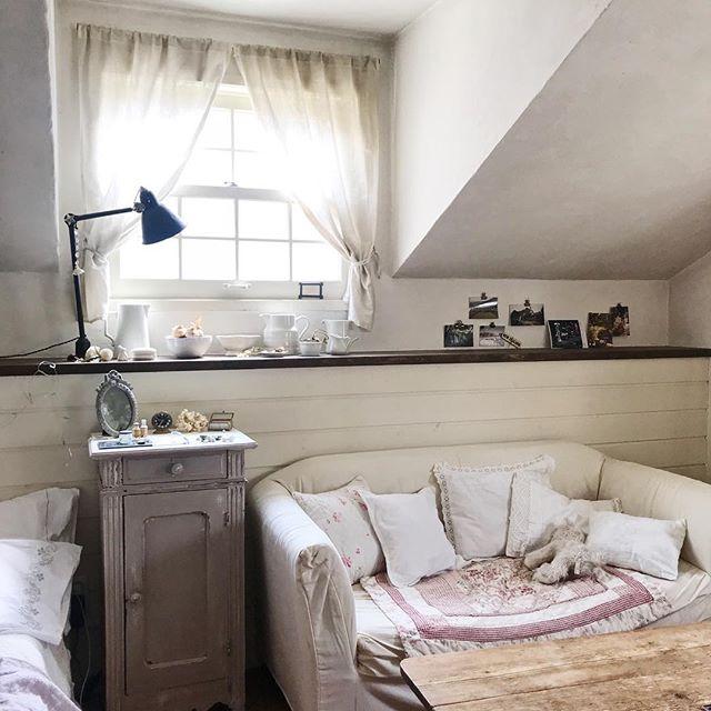 家具の色がバラバラでも白小物でおしゃれに