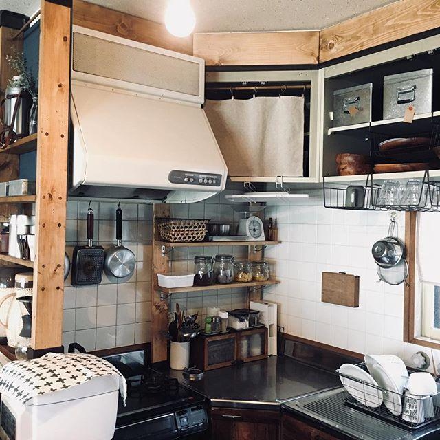 L型キッチンのコーナーに突っ張り棒収納