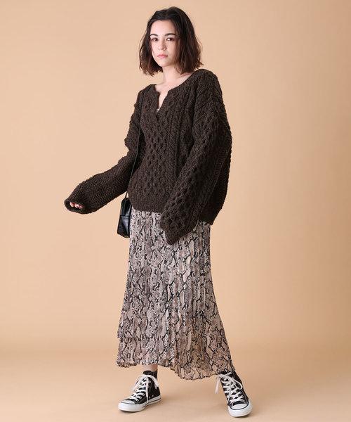 スキッパーネックニット×レディーススカート