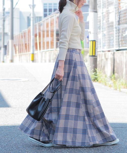 タートルネックニット×チェック柄スカート