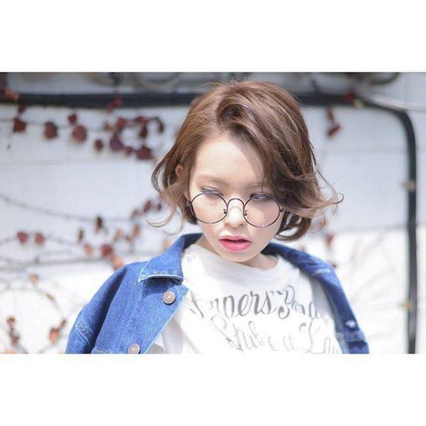 外ハネ前髪のショートヘア×メガネ