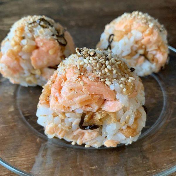 鮭と昆布と天かすの混ぜご飯おにぎり
