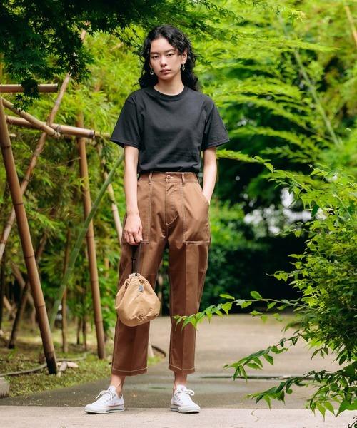 黒Tシャツ×ブラウンベイカーパンツ
