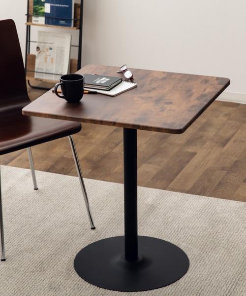 スチールと木材を組み合わせたテーブル
