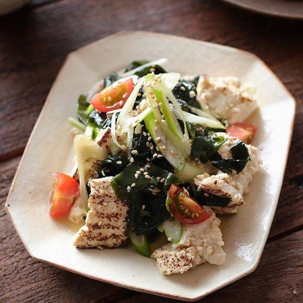 お昼の献立にわかめと焼き豆腐のチョレギ和え
