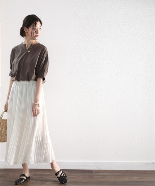 ブラウンTシャツ×白プリーツスカート